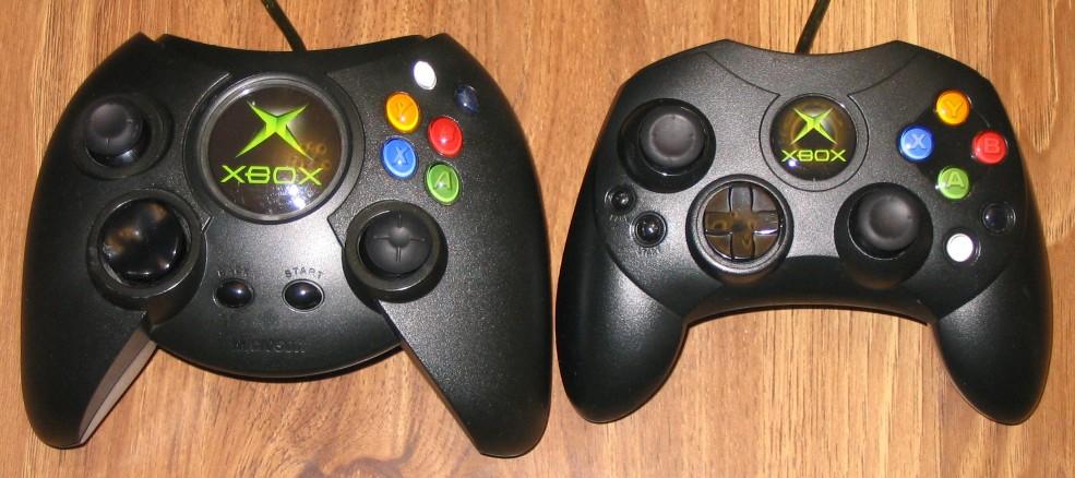 Masivni XBOX originalni kontroler (prestao sa proizvodnjom posle prve godine) i manji znatno bolje prihvaćeni kontroler S (postoji u vise boja, osnovna je crna) koji je u početku bio samo za japansko tržište ali se kasnije isporučivao uz sve XBOX sisteme, a i smatra se pretečom Xbox360 kontrolera.